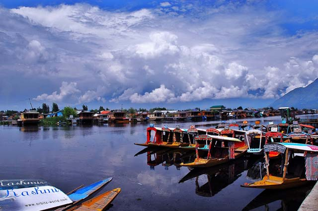Dal Lake, Srinagar is one of the famous lakes in the india.