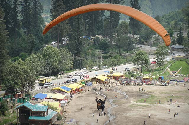 Paragliding & Zorbing is one of the popular thing to do in manali