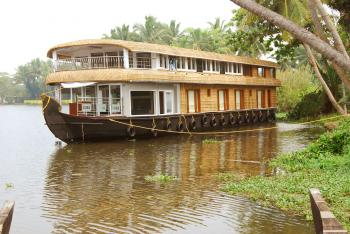 Six bedroom Houseboat