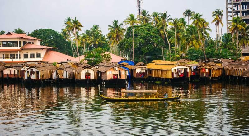 Cochin - Athirappilly - Cherai - Munnar - Thekkady - Aleppey- Kovalam - Trivandrum Tour